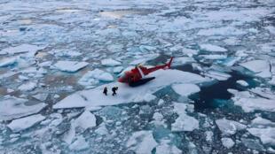 Un helicóptero del rompehielos sueco Oden aterriza en un témpano de hielo en el Ártico canadiense, el pasado 25 de julio de 2019.