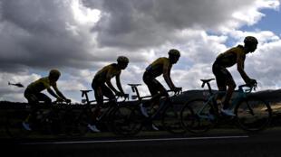 Ciclistan compiten durante la 13ª etapa de la 107ª edición del Tour de Francia, 191 km entre Chatel-Guyon y Puy Mary, el 11 de septiembre de 2020