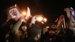 Des manifestants iraniens devant l'ambassade de l'Arabie saoudite à Téhéran pour protester contre l'exécution du dignitaire chiite Nimr al-Nimr samedi 2 janvier.