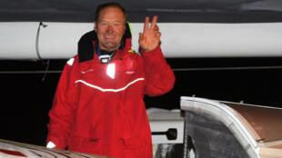 Francis Joyon lors du départ de son tour du monde, le 16 décembre 2016, à Brest.