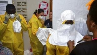 Le bilan du virus Ebola a atteint 887 morts lundi