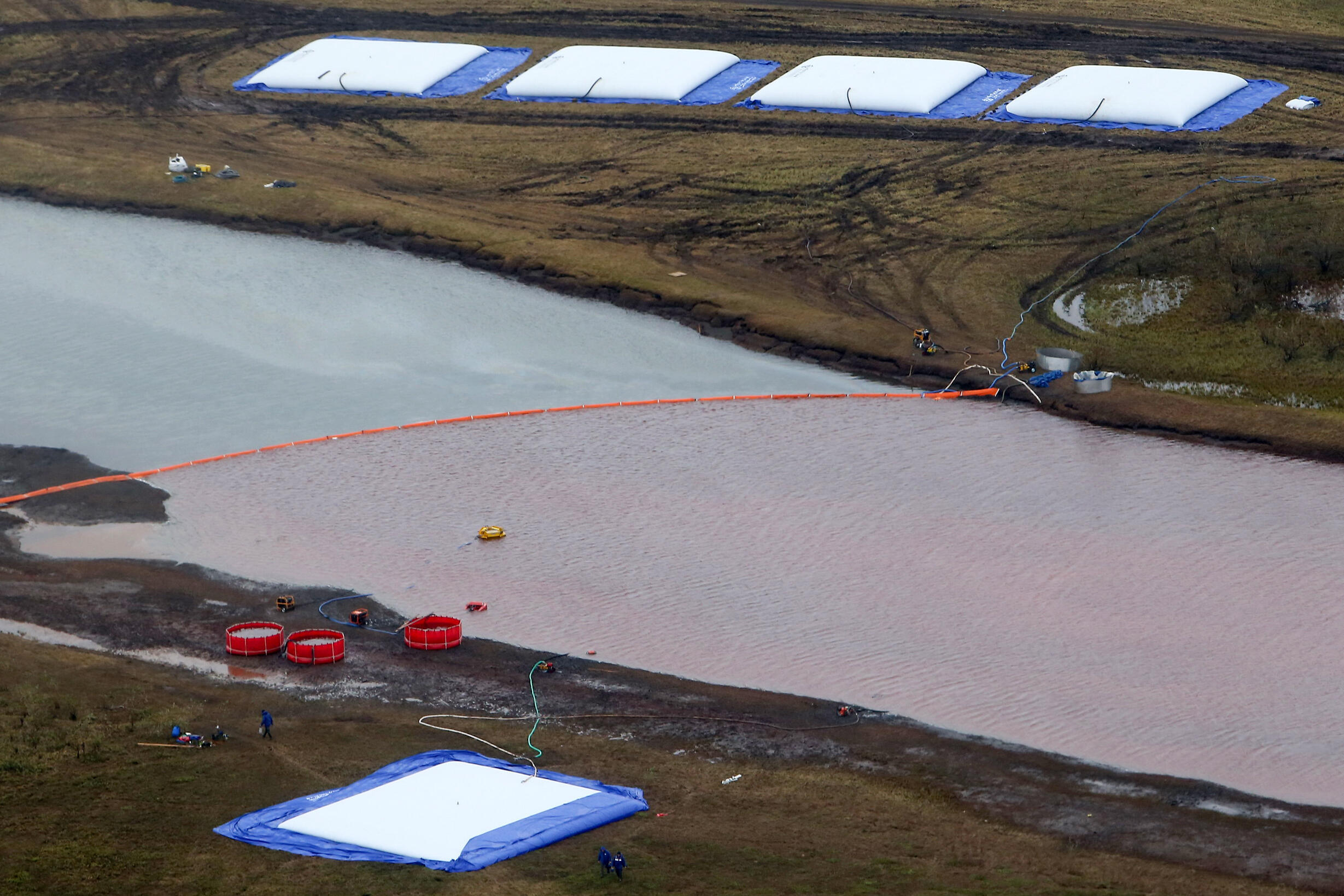 Una barrera flotante para limitar la contaminación con hidrocarburos del río Ambarnaya, en una imagen aérea tomada el 10 de junio de 2020 cerca de Norilsk, en el Ártico ruso.