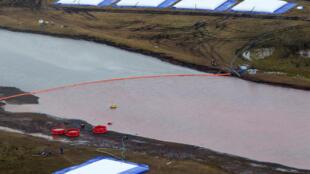 Una barrera flotante para limitar la contaminación con hicrocarburos del río Ambarnaya, en una imagen aérea tomada el 10 de junio de 2020 cerca de Norilsk, en el Ártico ruso
