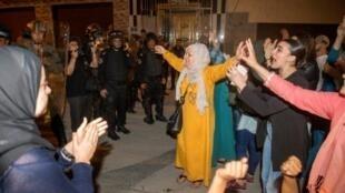 متظاهرون في حي سيدي عابد الحسيمة وسط وجود أمني مكثف وتصفيق نساء في الحي في 08 حزيران/يونيو 2017