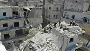 ركام مبنى تعرض لغارة في مدينة أريحا في إدلب شمال غرب سوريا. 27 يوليو/تموز 2019.
