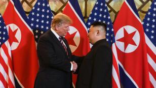 Poignée de main entre le président américain Donald Trump et le leader nord-coréen Kim Jong-un, à l'ouverture du sommet de Hanoï, le 27 février 2019.