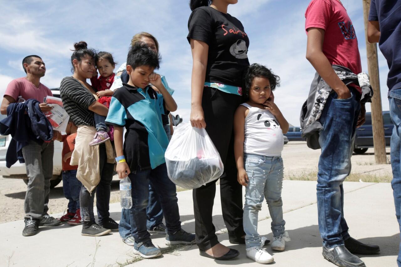 Un grupo de migrantes centroamericanos antes de ingresar a un refugio temporal en Nuevo México tras cruzar ilegalmente la frontera entre México y Estados Unidos el 16 de mayo de 2019.