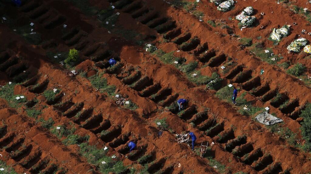 Trabajadores cavan nuevas tumbas en el cementerio más grande de Brasil, Vila Formosa, en Sao Paulo, en una imagen del 2 de abril de 2020.