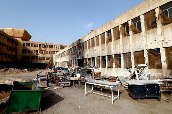 La cour intérieure de l'hôpital de Raqqa, abandonnée et en ruine.