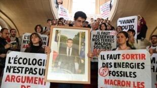 Retratos de Emmanuel Macron fueron descolgados en varias ciudades de Francia, aquí en París.