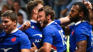 Maxime Médard(au centre) célèbre avec ses coéquipiers son essai marqué lors du premier match de préparation duXV de France à la Coupe du monde de rugby, contre l'Écosse, au stade Allianz Riviera de Nice, le 17août2019.