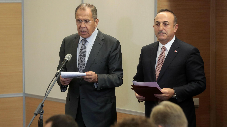 El canciller ruso, Sergei Lavrov (izq), y el canciller turco, Mevlut Cavusoglu (der), hablan sobre el acuerdo alcanzado en Sochi, Rusia, el 22 de octubre de 2019.