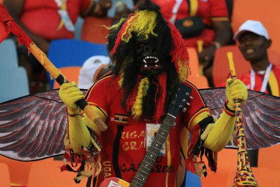 الجماهير الأوغندية.. طرافة وأزياء غريبة