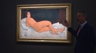 """""""Nu Couché (sur le côté gauche)"""" peint par Amedeo Modigliani, devient le quatrième tableau le plus cher de l'histoire des enchères."""