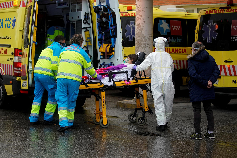 Un paciente atendido en un hospital de Madrid, 30 de marzo de 2020.