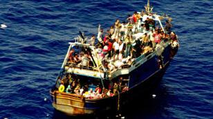 Un bateau de migrants rescapés en Méditerranée par les gardes-côtes italiens, le 3 août 2014.