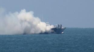 - دخان ينبعث من الزورق المحترق قبالة ساحل شمال سيناء