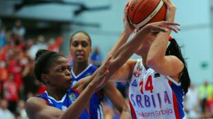 La Française Olivia Epoupa (à gauche) tente d'arracher le ballon à la Serbe Ana Dabovic.