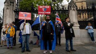 Manifestantes en contra del Brexit protestan ante el Parlamento británico en el centro de Londres, Reino Unido, el 11 de septiembre de 2019.