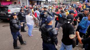 Trabajadores del sector público se enfrentaron a unidades de la policía en los alrededores del Teatro Nacional, donde se encontraba el presidente, Carlos Alvarado, en San José, Costa Rica, el 3 de octubre de 2018.
