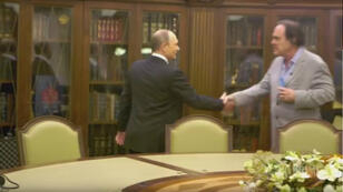 Extrait d'une scène du film où l'on voit Poutine en compagnie de Stone.