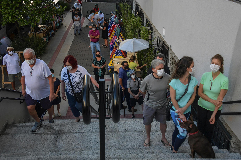 Personas hacen fila para ingresar a un centro de votación en Sao Paulo, el 29 de noviembre de 2020