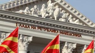 Las banderas nacionales de Macedonia ondean frente al edificio del gobierno en Skopje, Macedonia, el 12 de junio de 2018.