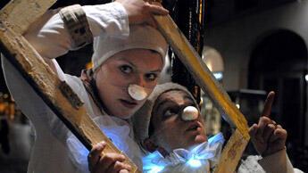 """Des """"Pierrots de la nuit"""" chargé de sensibiliser les noctambules parisiens aux nuisances sonores."""
