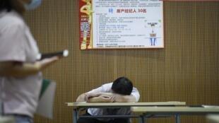Un hombre descansa durante una feria del trabajo en Zhengzhou, en la provincia de Henan, en China, el 25 de julio de 2020
