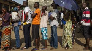 Des électeurs font la queue devant un bureau de vote le 20 mars 2016 à Brazzaville.