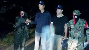 """صورة نشرتها الوكالة الكولومبية """"ديفنسوريا دل بويبلو"""" للصحافيين الهولنديين المفرج عنهما مع مقاتلين من """"جيش التحرير الوطني"""" في ولاية شمال سانتاندر في 24 حزيران/يونيو 2017"""