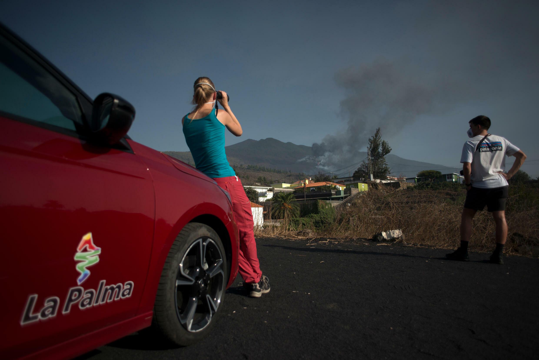 Dos personas observan el volcán en erupción Cumbre Vieja el 2 de octubre de 2021 en El Paso, en la isla canaria de La Palma