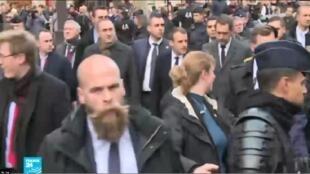 الرئيس الفرنسي إيمانويل ماكرون يتفقد قوس النصر عقب احتجاجات السترات الصفراء