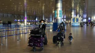Des passagers dans l'aéroport Ben Gourien de Tel Aviv, le 24 septembre 2020, veille de nouvelles restrictions sur les vols internationaux pour freiner la pandémie de Covid-19, en Israël.