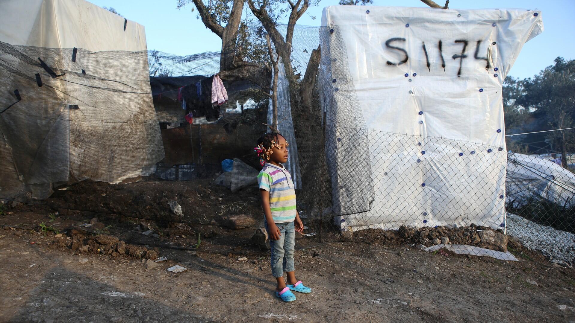 Los niños están cubiertos con mantas y mantas térmicas después de que los inmigrantes de Afganistán llegaron a un bote en una playa cerca del pueblo de Skala Sikamias en la isla de Lesbos, Grecia, el 28 de febrero de 2020.