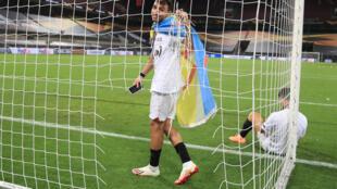 مهاجم اشبيلية المغربي-الاسباني  منير الحدادي محتفلا بتتويج فريقه بطلا للدوري الاوروبي (يوروبا ليغ) بفوزه على انترميلان 3-2 في المباراة النهائية. 21 اب/اغسطس 2020