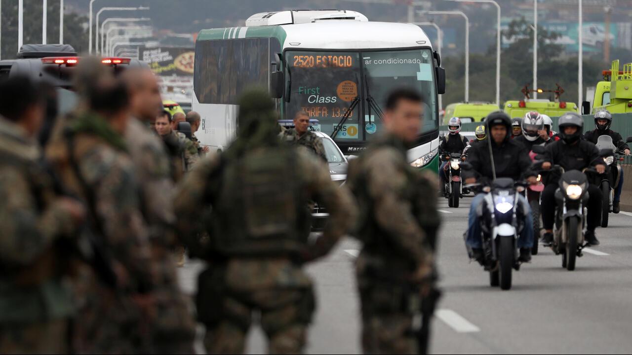 Los agentes de policía aguardan en el puente Río-Niteroi, donde las fuerzas de seguridad mataron a tiros a un hombre que secuestró un autobús en Río de Janeiro.