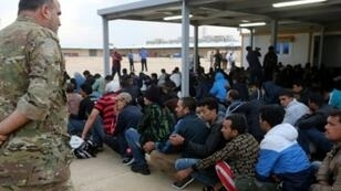 مهاجرون في قاعدة عسكرية ليبية في العاصمة طرابلس في 27 ايلول/سبتمبر