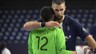 Les joueurs du Paris Saint-Germain, Luka Karabatic et Yann Genty, se congratulent après la victoire du PSG face au club hongrois de Telekom Veszprem, lors de leur match pour la 3e place de la Ligue des Champions, le 29 décembre 2020 à Cologne
