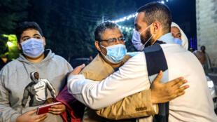 Le journaliste égyptien Mahmoud Hussein (c), libéré après quatre ans de prison, de retour dans son village de Giza, au sud du Caire, le 6 février 2021