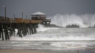 Las olas se estrellan alrededor del Muelle Oceana debido a que los bordes exteriores del huracán Florence empiezan a afectar a la costa el 13 de septiembre de 2018 en Atlantic Beach, Estados Unidos.