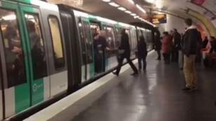 Souleymane S., qui tente de rentrer dans le métro à Paris, essuie des chants racistes de supporters de football britanniques.