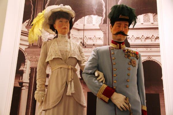 Des mannequins du musée de Sarajevo représentant l'archiduc François-Ferdinand et la duchesse Sophie de Hohenberg le jour de leur assassinat.