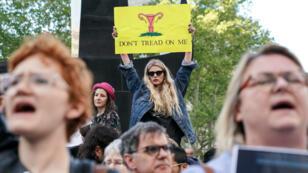 Des manifestants défilant le 21 mai à New York pour s'opposer à l'interdiction d'avorter dans certains États américains.