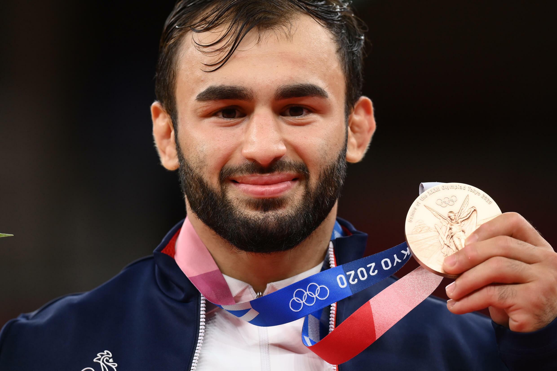 Le judoka français Luka Mkheidze pose avec sa médaille de bronze (-60 kg), le 24 juillet 2021 aux Jeux Olympiques de Tokyo