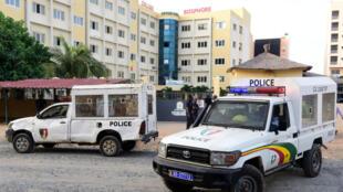 La police sénégalaise garde l'entrée d'une école güleniste, Yavuz Selim, à Dakar, le 2 octobre 2017, après que les autorités ont décidé sa fermeture.