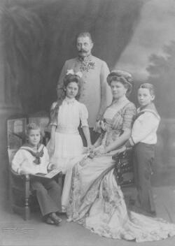 L'archiduc François Ferdinand et la duchesse Sophie de Hohenberg avec leurs trois enfants, Maximilien, Sophie et Ernest.