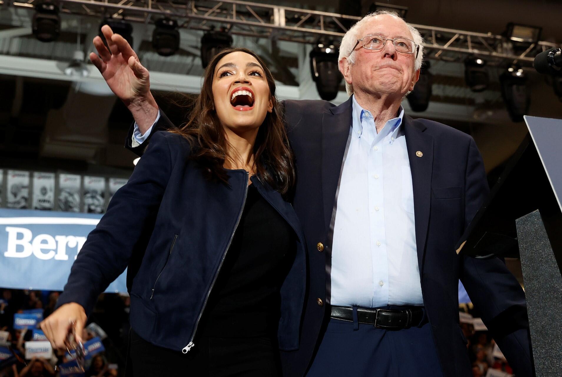 Archivo. El candidato demócrata a la presidencia estadounidense, el senador Bernie Sanders, sube al escenario con la representante estadounidense Alexandria Ocasio Cortez (D-NY) en un mitin y concierto de campaña en la Universidad de New Hampshire un día antes de las elecciones primarias presidenciales de New Hampshire en Durham, New Hampshire, EE. UU. 10 de febrero de 2020.