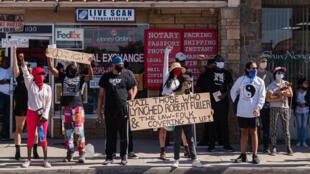 متظاهرون يطالبون بالعدالة في بالمدايل بكاليفورنيا في 16 حزيران/يونيو 2020 بعد العثور على شاب اسود مشنوقا