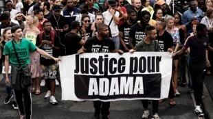 Archivo: Una manifestación contra la violencia policial y la muerte de Adama Traoré tuvo lugar el 20 de julio de 2019 en Beaumont-sur-Oise.
